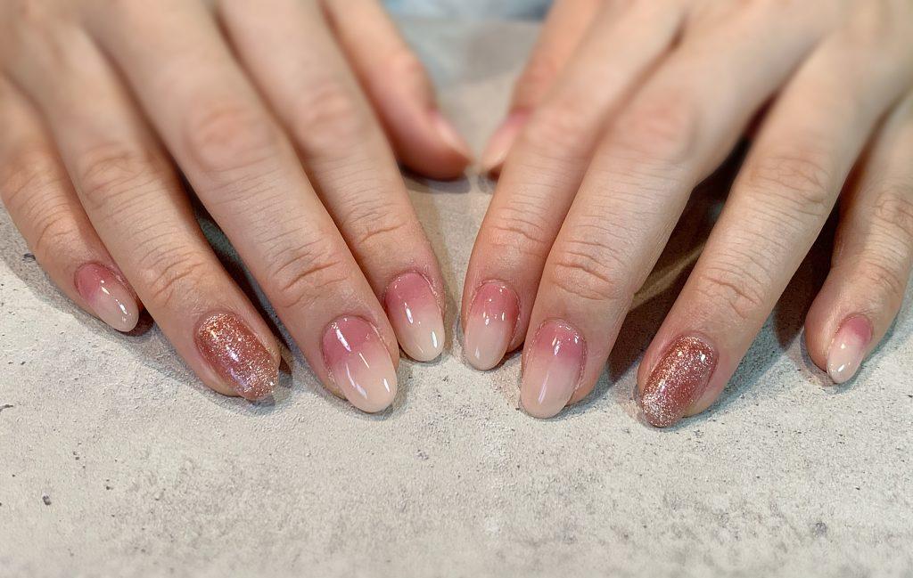 くすみピンク×ホワイトの大人ピンクネイル。 #マグネットネイル#2色グラデ#くすみピンク